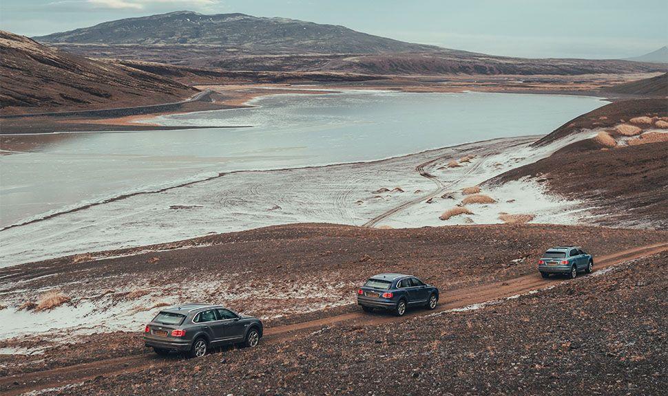 Drei Bentley Bentaygas fahren in Island