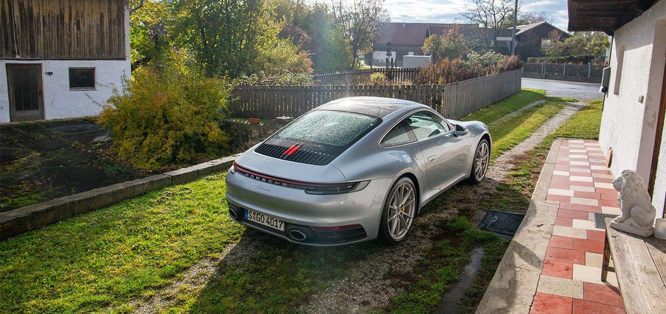 Porsche 911 Carrera in Silber von schräg links hinten