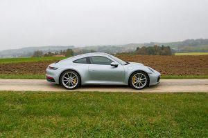 Porsche 911 Carrera in Landschaft stehend von der rechten Seite