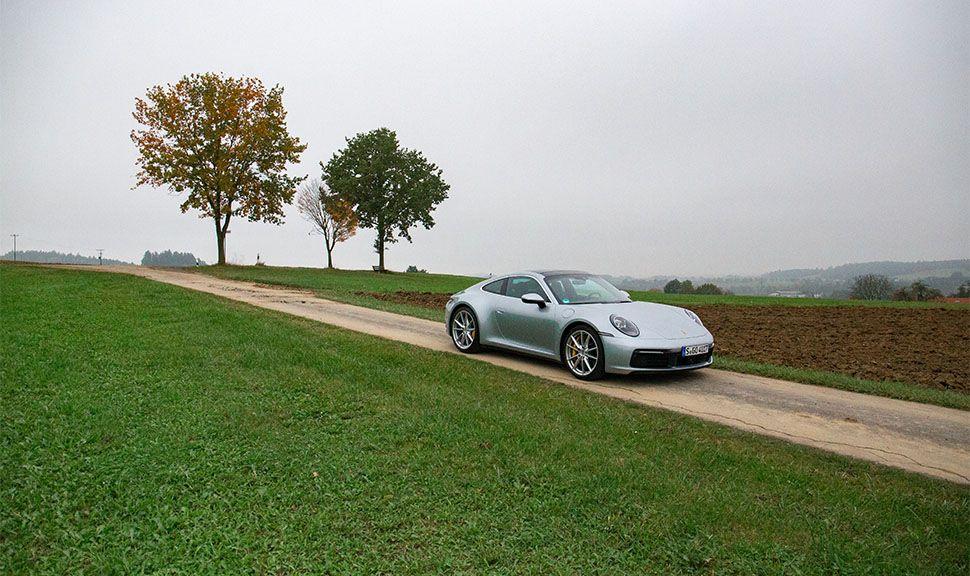 Porsche 911 Carrera in herbstlich-grauer Landschaft
