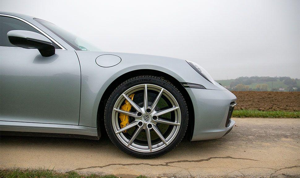 Porsche 911 Carrera Detailaufnahme rechter Vorderwagen mit Felge und Bremse von rechts