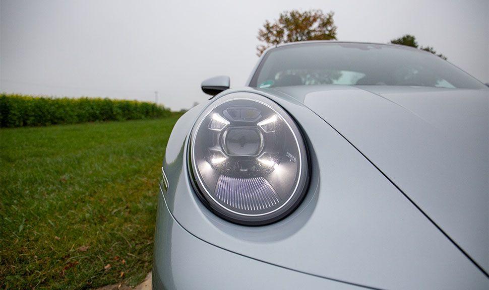 Porsche 911 Carrera Detailaufnahme Rechter Scheinwerfer mit eingeschaltetem Tagfahrlicht