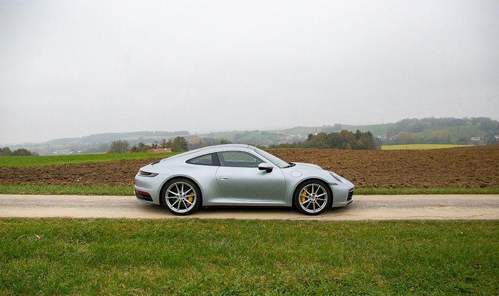 Porsche 911 Carrera rechte Seitenansicht in herbstlicher Landschaft