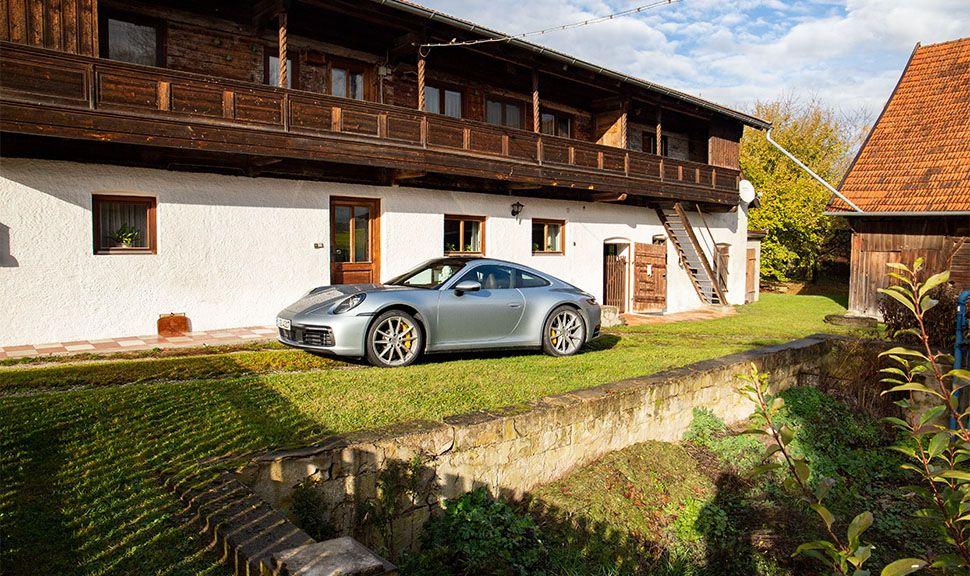 Porsche 911 Carrera auf altem Bauernhof