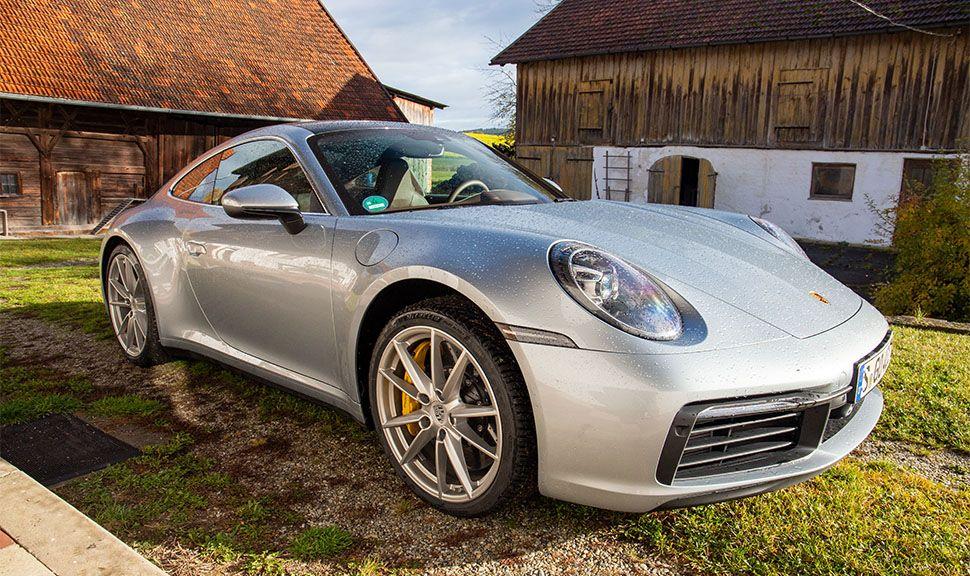 Porsche 911 Carrera von schräg rechts vorne