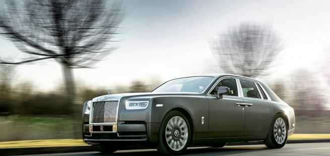 Rolls-Royce Phantom auf Landstraße fahrend