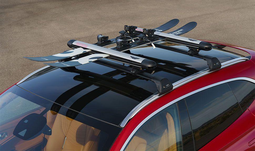Aston Martin DBX Skihalterung auf dem Dach