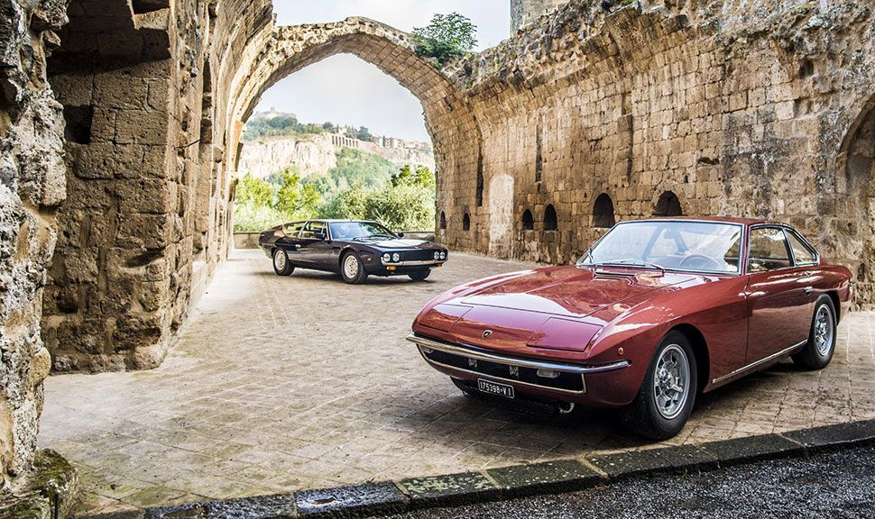 Lamborghini Espada in historischer Kulisse