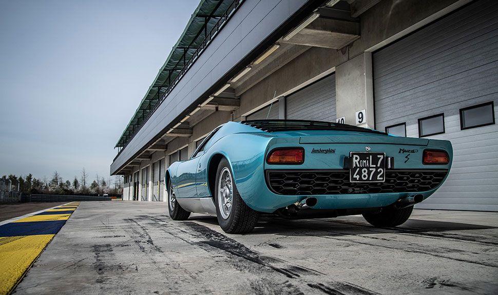Blauer Lamborghini Miura S in Boxengasse