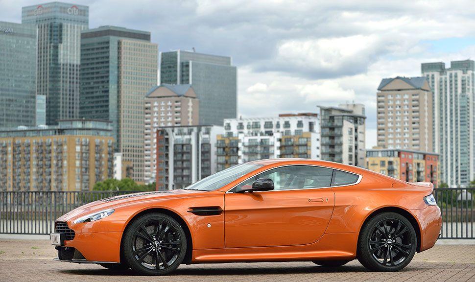 Oranger Aston Martin Vantage V12 in der Seitenansicht