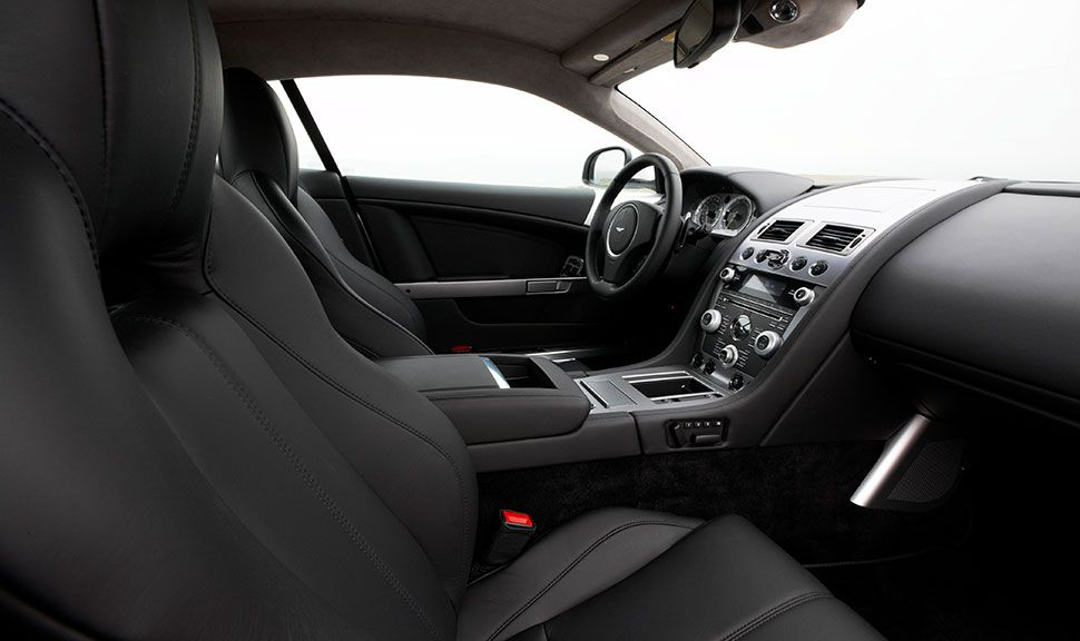 Cockpit des Aston Martin DB9