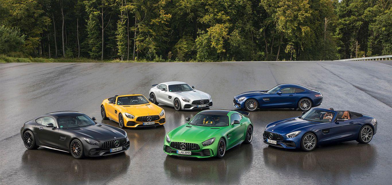 Verschiedene Mercedes-AMG GT-Modelle in Formation geparkt