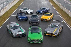 Formation von auf Rennstrecke stehenden Mercedes-AMG GT-Modellen