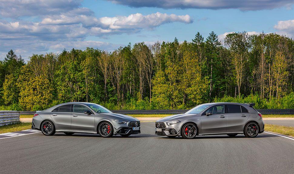 Mercedes-AMG A45 4MATIC+ & CLA 45 4MATIC+ sich gegenüberstehend auf Rennstrecke