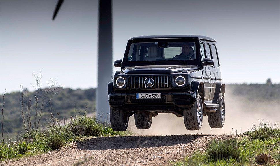 Mercedes-AMG G 63 springt auf Feldweg