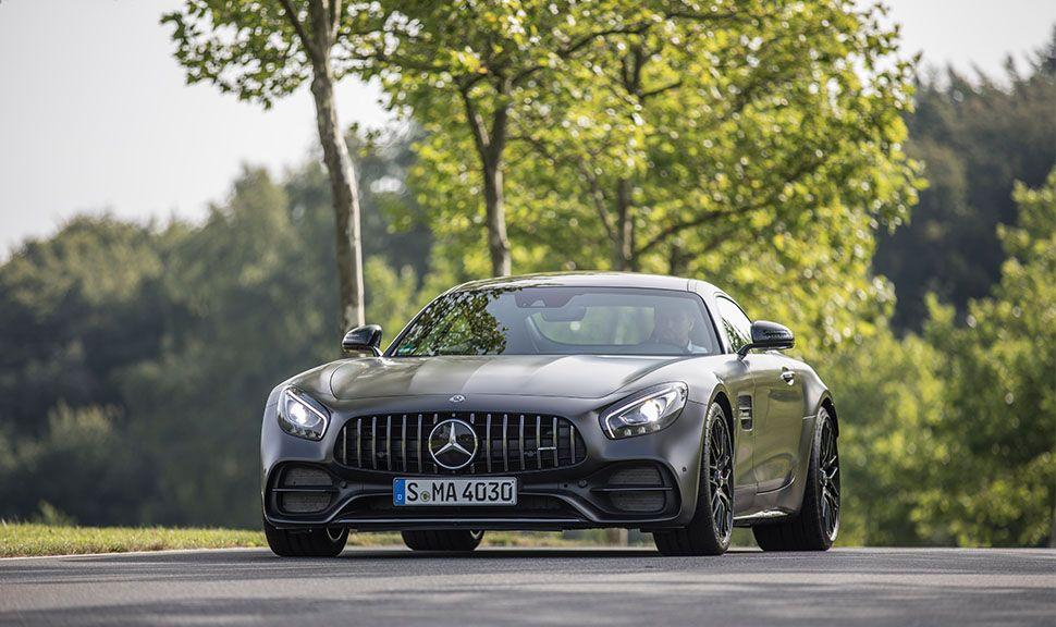 Mercedes-AMG GT C Coupé von vorne links mit Bäumen im Hintergrund
