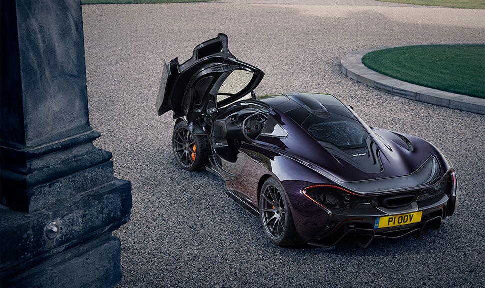 McLaren P1 von schräg links oben hinten mit geöffneter Fahrertür