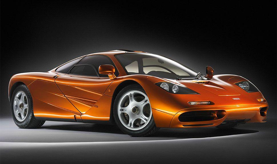 McLaren F1 in Orange von schräg rechts vorne