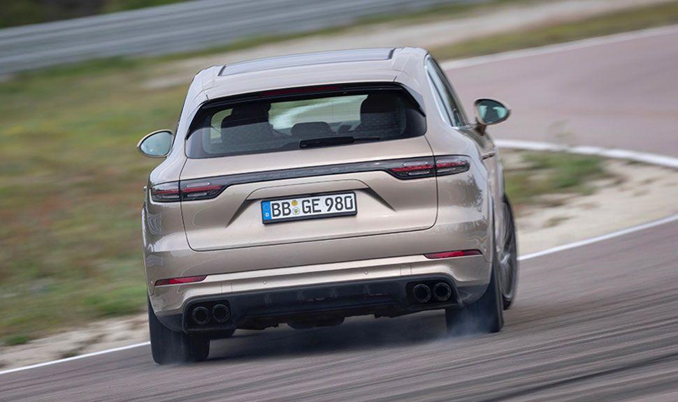 Porsche Cayenne Heck auf der Rennstrecke