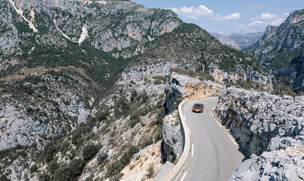 Der McLaren GT auf einer Bergstrecke
