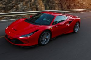 Ferrari F8 Tributo, Halbseitenansicht von vorne oben, fahrend, rot