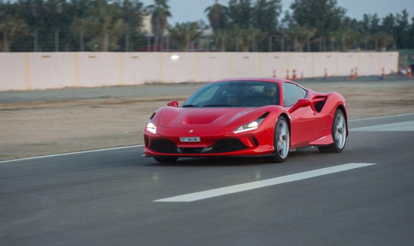 Ferrari F8 Tributo, Halbseitenansicht von vorne, fahrend, rot
