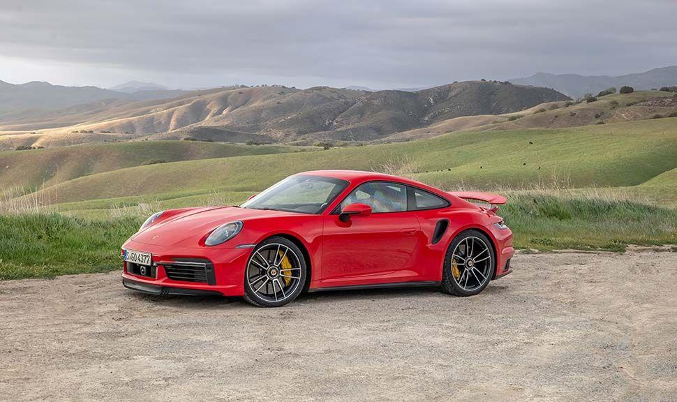 Seitenansicht eines roten Porsche 911 Turbo