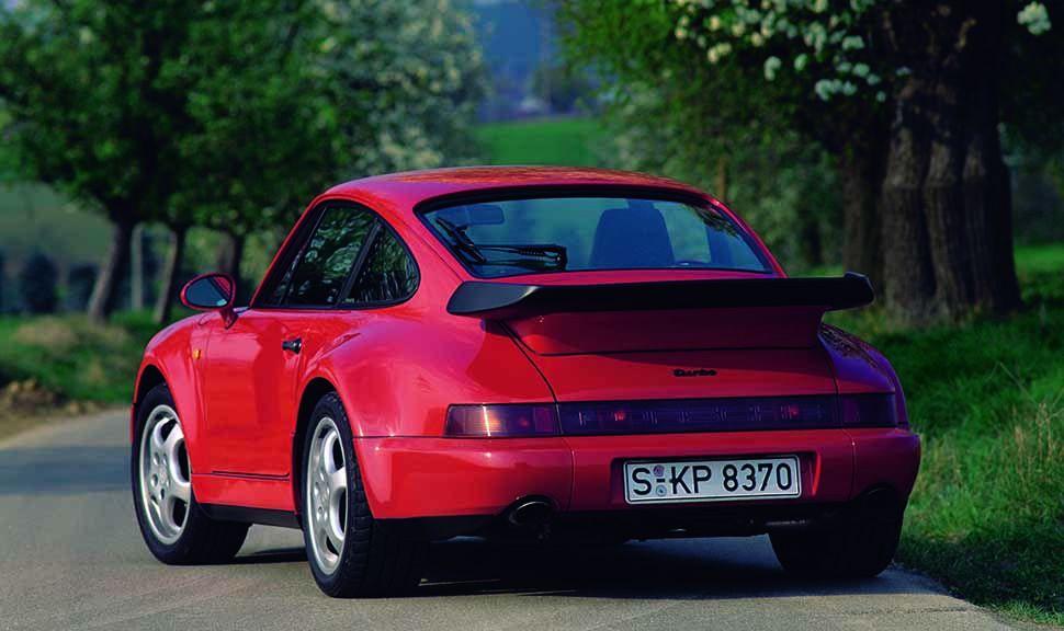 Rückansicht eines roten Porsche 911 Turbo