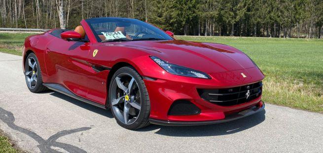 Ferrari Portofino M, Halbseitenansicht von vorne, stehend, rot