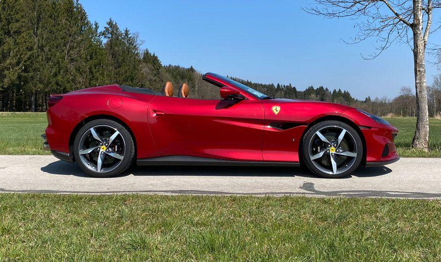 Ferrari Portofino M, Seitenansicht, stehend, rot
