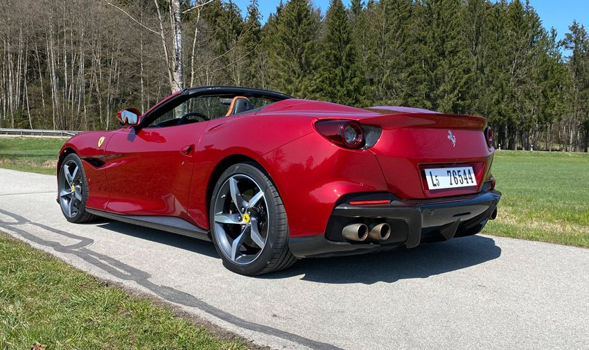Ferrari Portofino M, Halbseitenansicht von hinten, stehend, rot