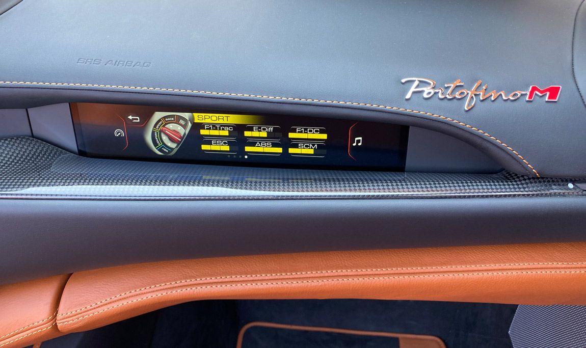 Ferrari Portofino M, Innenansicht, Display auf Beifahrerseite