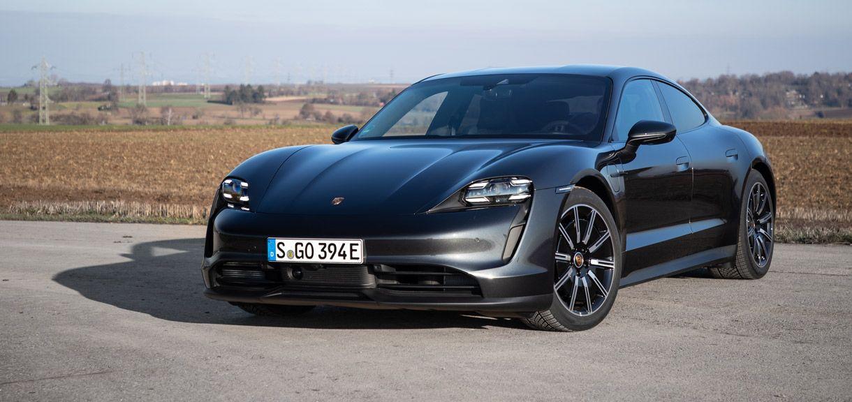 Porsche Taycan, Halbseitenansicht von vorne, stehend, antrazit