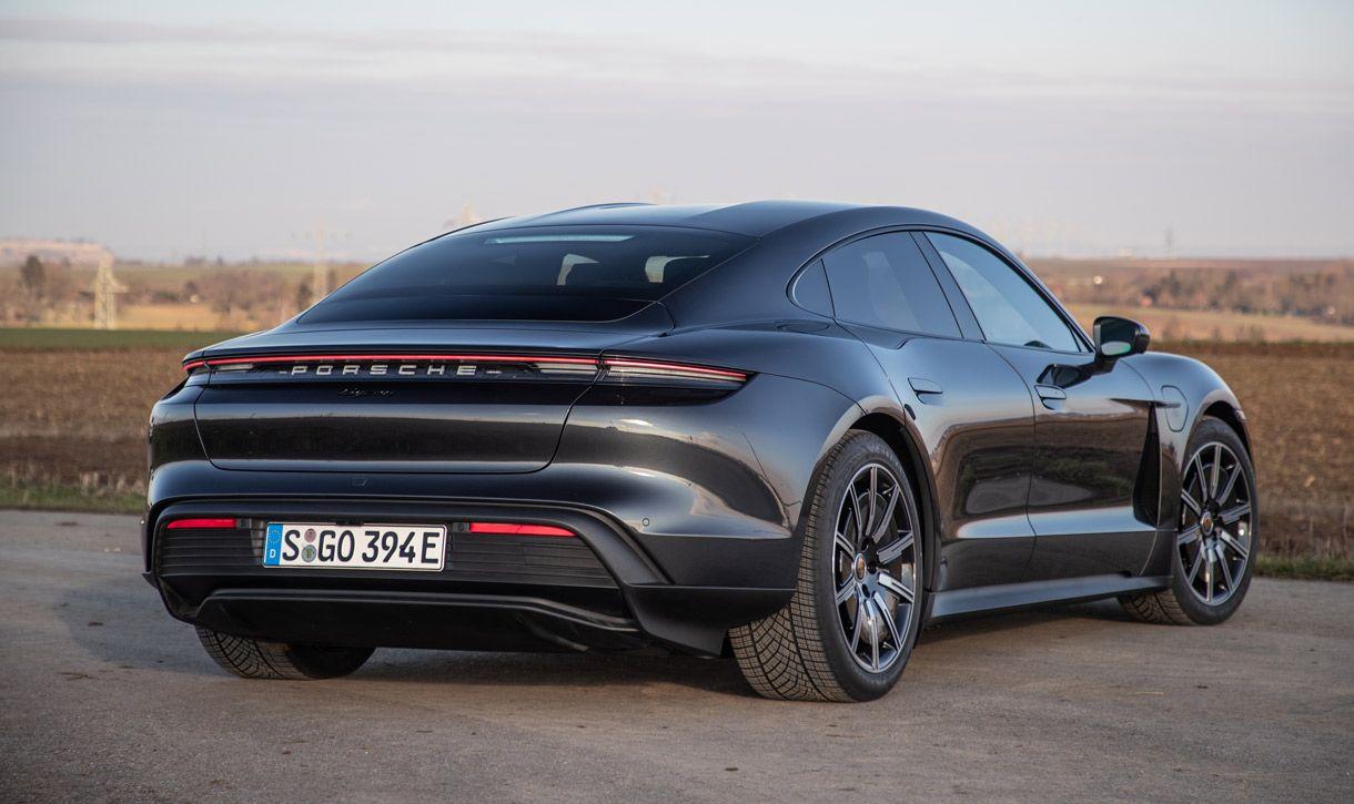 Porsche Taycan, Halbseitenansicht von hinten, stehend, antrazit