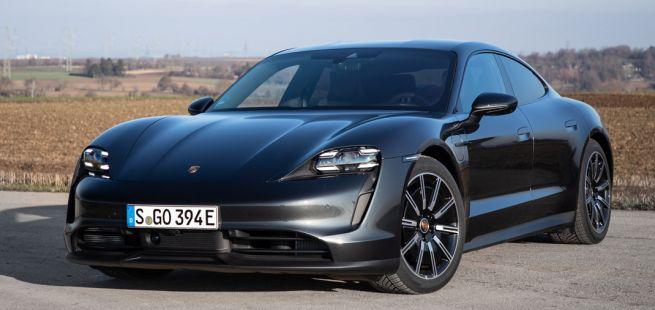 Porsche Taycan, Halbseitenansicht von vorne, stehend, anthrazit