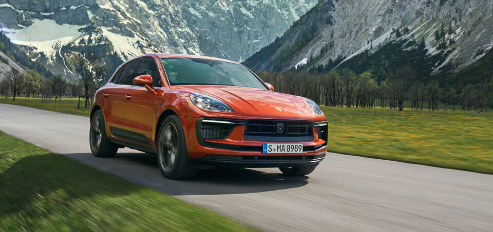 Porsche Macan, Halbseitenansicht von vorne, fahrend, rot