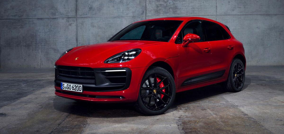 Porsche Macan, Halbseitenansicht von vorne, stehend, rot