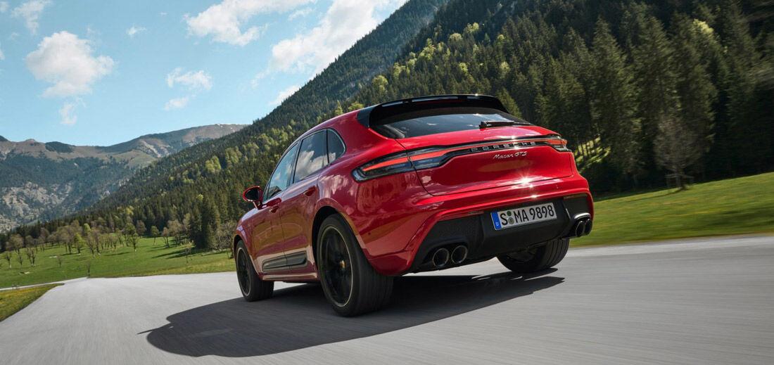 Porsche Macan, Halbseitenansicht von hinten, fahrend, rot
